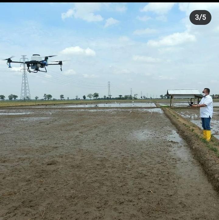 Rektor IPB melakukan uji coba Drone di Kampung inovasi kab. Subang
